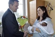 Vojtěch Sedláček z Želatovic je prvním narozeným dítětem Olomouckého kraje v letošním roce. Mamince přišel pogratulovat i hejtman Jiří Rozbořil