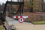 Dřevěné mostky v přerovském parku Michalov už dosloužily a čeká je výměna.