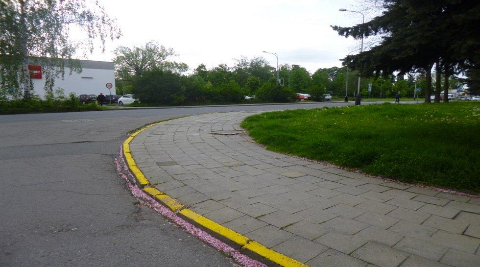 Chodníky v okrajových částech Přerova jsou velmi zanedbané - opravu čeká třeba úsek v Tománkově ulici.