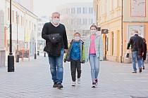 Lidé v ulicích Přerova. Ilustrační snímek