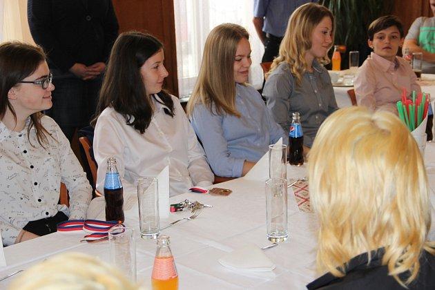 Primátor Přerova Vladimír Puchalský poděkoval úspěšným reprezentantům města - florbalistkám ze ZŠ U Tenisu a osmákům HC Zubr Přerov ze ZŠ Želatovská.