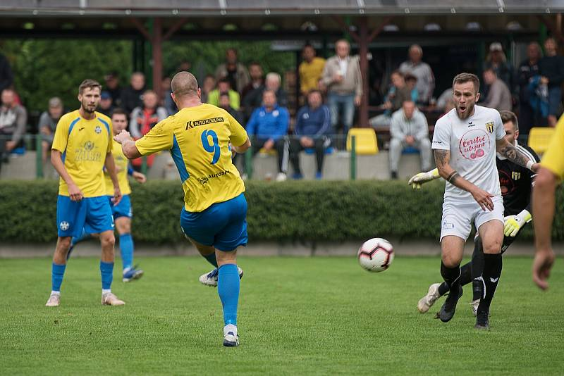 Fotbalisté Kozlovic (ve žlutém) proti Strání. Petr Nekuda zvýšil na 2:0