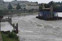 V Přerově zatím stoupla hladina řeky Bečvy v pátek 22. 7. jen mírně, v měřící stanici v Dluhonicích zatím nedosáhla prvního povodňového stupně. (Voda se valí přes rozestavěný Tyršův most v Přerově).