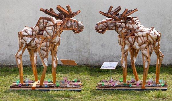 Studenti řezbářské školy vTovačově vytvořili sochu Los zrecyklovaného materiálu