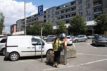 Na snímku je parkoviště na Žerotínově náměstí. Stávající automat bude umístěn jako druhý vhorní části Žerotínova náměstí.