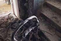 Následky požáru bytového domu v Kojetínské ulici v Přerově. Z místa museli evakuovat osm lidí.