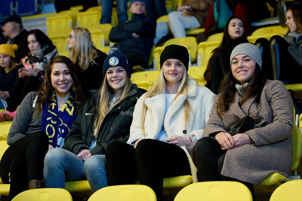 Hokejisté Přerova (ve žlutém) doma porazili Litoměřice 3:1. Volejbalistky Přerova na hokeji