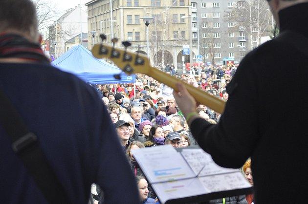 Na Štědrý den si letos Přerované mohli vybrat ze dvou vánočních koncertů. Na náměstí T. G. Masaryka příchozím zahrála kapela Revox. Před Obchodním centrem Galerie Přerov zazpíval Pavel Novák.