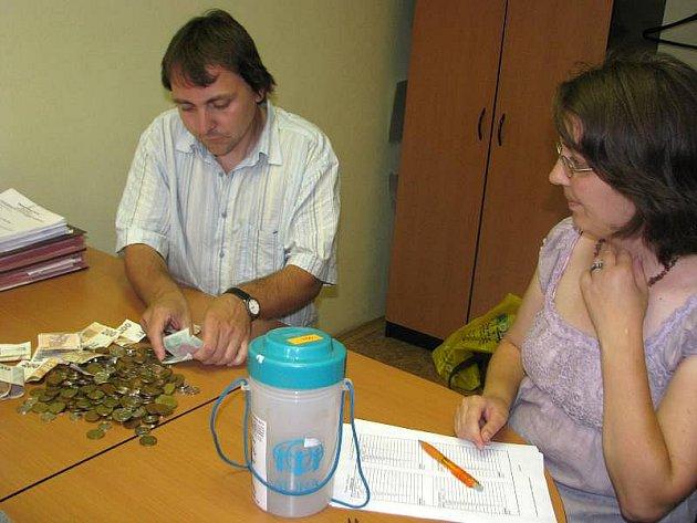 Dvě kasičky ze sbírky pro povodněmi postižený Frýdlant rozpečetili ve středu na finančním odboru přerovského magistrátu