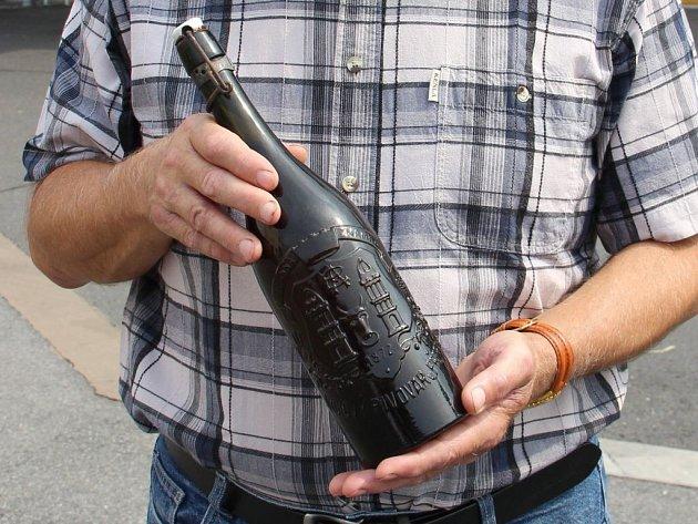 Josef Hrabák zHulína našel na půdě osmdesát let staré pivo Zubr