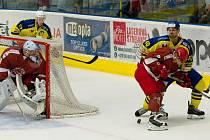 Hokejisté HC Zubr Přerov (ve žlutém) v přípravě proti Frýdku-Místku.