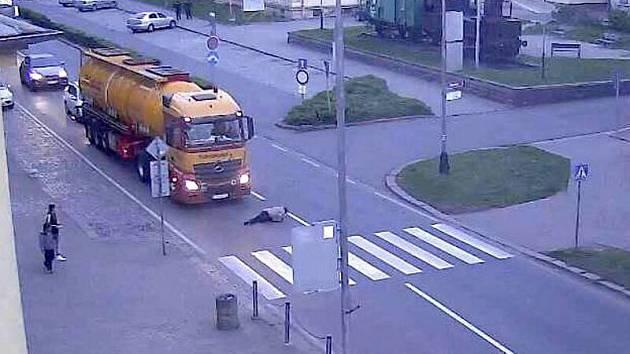 Opilá chodkyně u přerovského nádraží spadla před kamion. Ten naštěstí stihnul včas zabrzdit