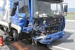 Srážka osobního volva s náklaďákem u Lipníka