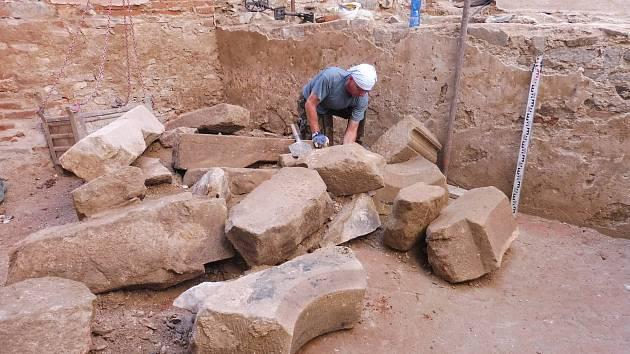 Bádání archeologů při rekonstrukci renesančního paláce na Helfštýně. Pohled od východu na koncentraci architektonických článků, odkrytých vúrovni podlahy místnosti starého paláce.