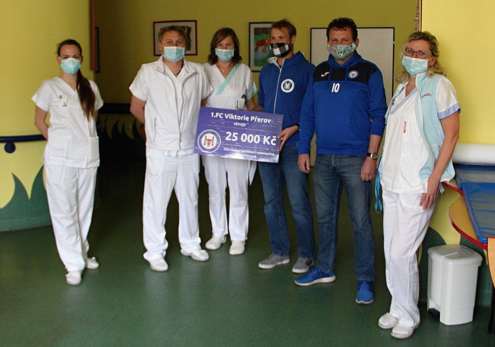 Fotbalisté 1. FC Viktorie Přerov pomáhají potřebným. Předávání šeku v Dětském oddělení Nemocnice Přerov