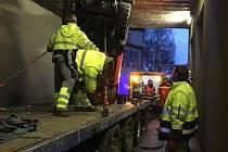 Dvě jednotky profesionálních hasičů se v odpoledních hodinách pátku 19.2.2016 podílely na asistenci při vyprošťování zaseknutého nákladu pod železničním mostem v Kojetínské ulici v Přerově.