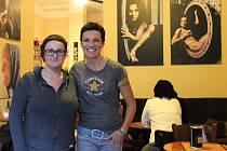 Dvě přerovské fotografky – Iveta Juchelková (vpravo) a Zuzana Bobovníková  vystavují v kavárně Echo v Přerově