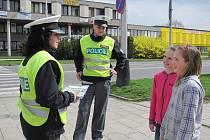 Jak správně přecházet přes přechod, vysvětlovali v úterý přerovští policisté žákům základních škol. Při akci Zebra se za tebe nerozhlédne zároveň odměňovali děti, které správné přecházení znají