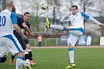 Fotbalisté 1. FC Viktorie Přerov (v bílém) proti SK Dětmarovice