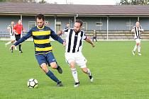 Fotbalisté Želatovic (v černobílém) v utkání s Dolany.