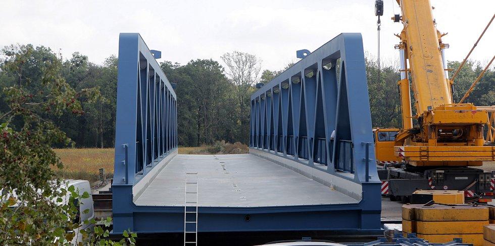 """Modernizace Dluhonické spojky na železniční trati u Přerova. Na most """"rámusák""""  dorazil největší jeřáb v ČR.Nový most."""