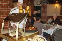 Svatomartinskou husu plněnou jablky a švestkami připravují v těchto dnech kuchaři v přerovské restauraci U Labutě, která nedávno získala ocenění za nejlepší moravskou svíčkovou.