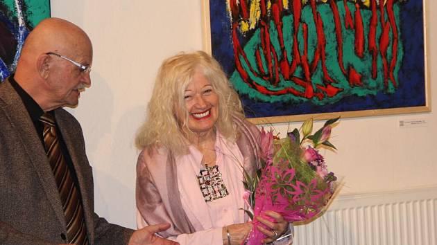 Velkoformátové obrazy a autorské smalty Evy Pešákové mohou obdivovat návštěvníci výstavy, která začala ve čtvrtek vernisáží v Galerii města Přerova.