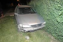 Osmnáctiletý řidič opelu, který v neděli ve dvě ráno projížděl Uhřičicemi, nezvládl jízdu a jeho auto skončilo v plotě.