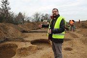 Archeologové při průzkumu lokality Malé Předmostí, kudy vede trasa budoucí dálnice D1 z Říkovic do Přerova.