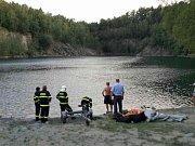 Náročný zásah mají za sebou hasiči, kteří zachraňovali v neděli v podvečer muže v zatopeném lomu ve Výklekách. Muž spadl z výšky a utrpěl vážné zranění.