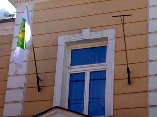 Na Přerovsku se do protestní akce, která chce upozornit na podfinancování venkova a mrhání dotacemi z Evropské unie, zapojila i obec Veselíčko. Symbolicky vyvěsila na obecní úřad dřevěnéné hrábě místo praporu.