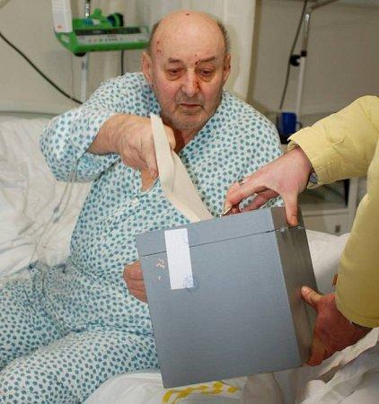 Přímo vpřerovské nemocnici odvolil pětasedmdesátiletý Josef Krnovskýz Partutovic, který je už delší dobu hospitalizován na zdejším interním oddělení.