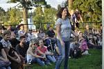 Koncert skupiny Circus Problem přitáhl i toto úterý vpodvečer posluchače na prostranství u městských hradeb. Někteří návštěvníci si s chutí zatančili.