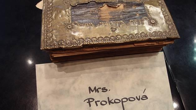 Vzácnou knihu předal primátor města Jiří Lajtoch pokračovatelce známé přerovské rodiny Vítězů – Vlastě Prokopové. Tereza Schneider poslala nové majitelce knihy i osobní dopis.
