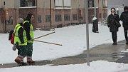 Traktory s radlicemi na zasněžených tazích a pracovníci technických služeb, kteří odhrnovali lopatami frekventované přechody ve městě a autobusové zastávky – taková byla v pátek ráno situace v Přerově, kde se lidé mohli konečně radovat ze sněhové nadílky.