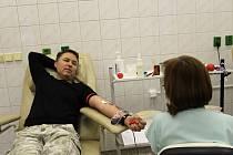 Hematologicko-transfúzní oddělení přerovské nemocnice zažilo ve středu ráno velký nápor. Darovat krev sem přišlo na sedm desítek zaměstnanců firmy Meopta, z toho hned padesát prvodárců.