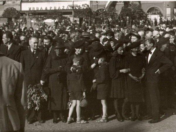 Účastníci smuteční tryzny za oběti Přerovského povstání vpodvečer 14.5.1945