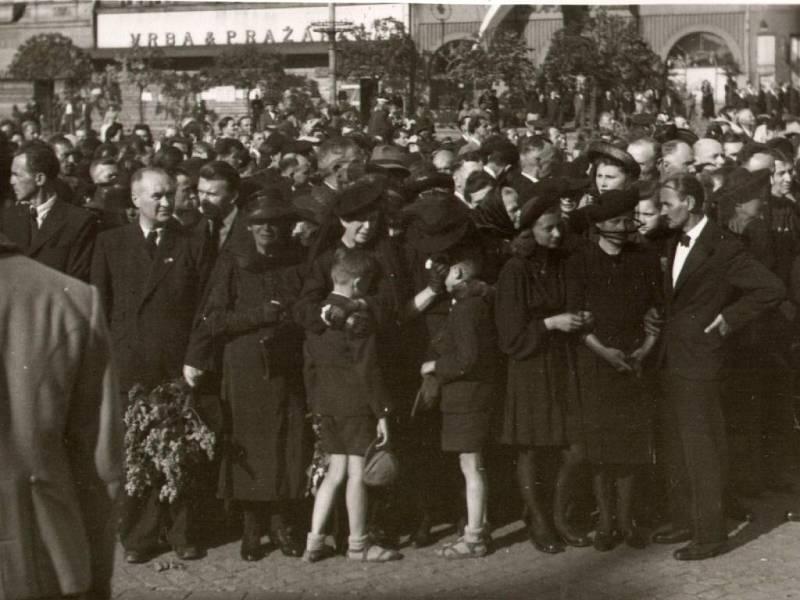 Účastníci smuteční tryzny za oběti Přerovského povstání v podvečer 14. 5. 1945