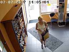 Po neznámé ženě, která si vyzvedla na padělaný recept léky ve dvou lékárnách v Přerově, pátrají nyní policisté.
