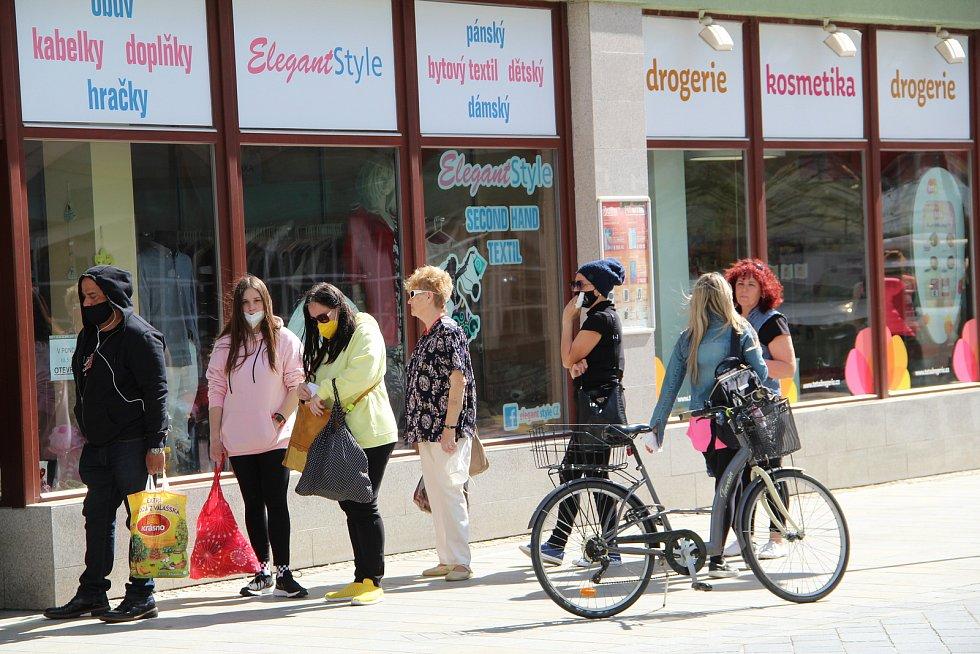 V Přerově se v pondělí 10. května konečně otevřely obchody - lidé stáli fronty před prodejnami v největší nákupní galerii, ale i u obchůdků v centru  města.