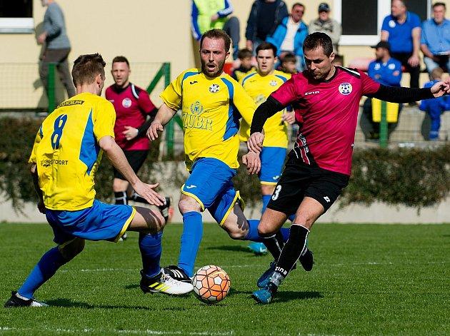 Fotbalisté Kozlovic (ve žlutém) proti FK Bospor Bohumín