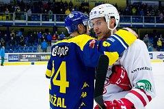 Hokejisté HC Zubr Přerov (v modrém) ve 4. čtvrtfinále play-off WSM ligy proti Slavii Praha.