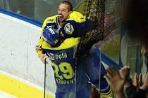 David Šebek se raduje z rozhodující branky proti Sokolovu a postupu do první ligy.
