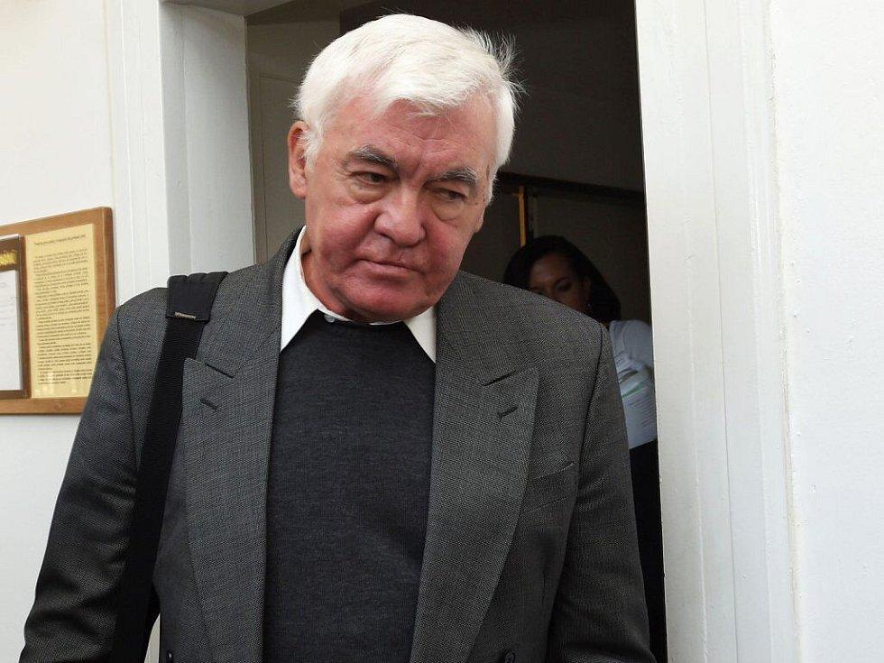 Bývalý katolický kněz Vladimír Krejsa u okresního soudu v Přerově