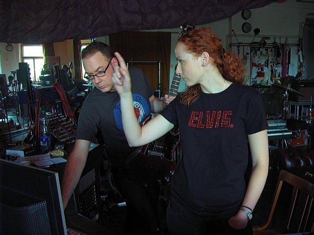 Zpěvačka Saša Langošová z hranické kapely November 2nd při natáčení nové desky ve studiu