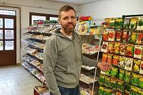 Petr Neděla podniká už od roku 1995 - v Dřevohosticích má několik obchodů.