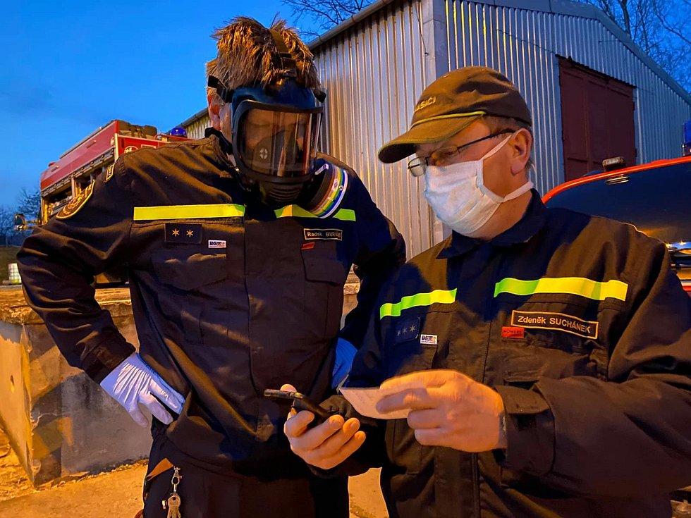 Přerovští chemici zajišťují přípravu dezinfekce pro celý kraj. Mezi nimi i Radek Buryánek (vlevo), vedoucí chemické a technické služby přerovských profesionálních hasičů