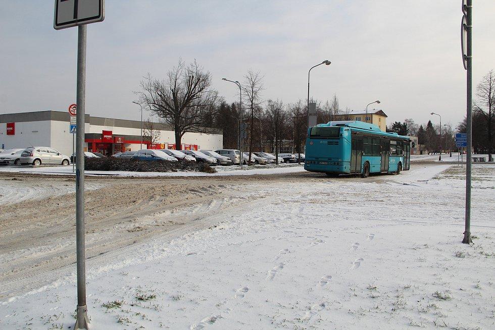 Přerovsko zasypal z neděle na pondělí sníh a při jeho odklízení se pořádně zapotili pracovníci technických služeb i cestáři. V pondělí musel být uzavřen i městský hřbitov.