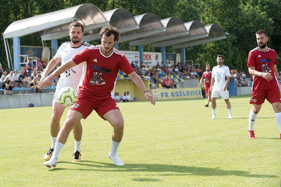 Benefiční fotbalové utkání v Kozlovicích mezi výběrem Kopaček (v bílém) a Hokejek (v červeném). Tomáš Kundrátek