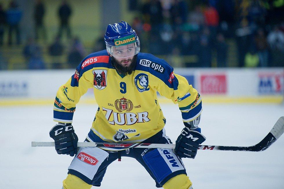 Hokejisté Přerova (ve žlutém) proti Porubě. Michal Popelka